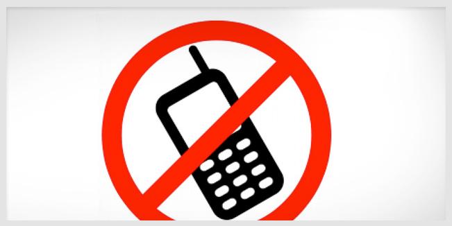 ¡Ni codos ni celulares en la mesa! 7 reglas para dejar la manía por el teléfono