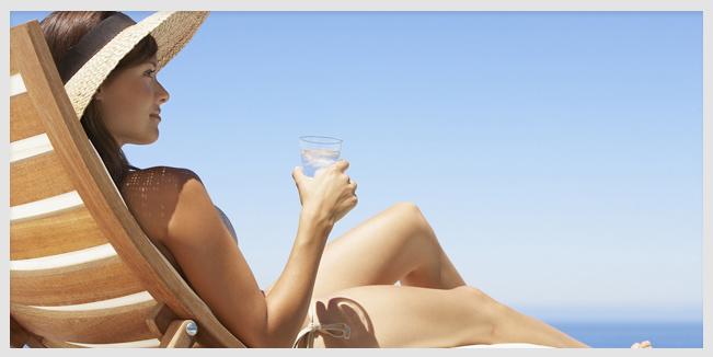 Beber al sol, puede aumentar el riesgo de cáncer de piel