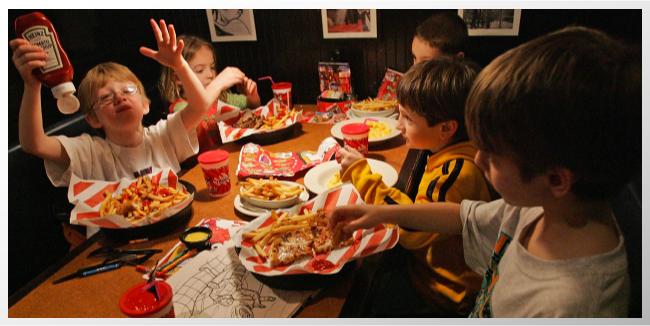 Lo que la comida rápida le puede estar haciendo a los huesos de tus hijos.