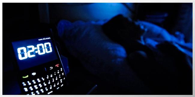 Teléfonos necesitan 'modo no molestar' para proteger el sueño
