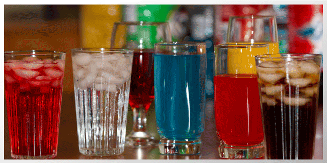 Los estudios encuentran la reducción del consumo de bebidas azucaradaspuede reducir la cantidad de calorias ingeridas, pero solo un poco.