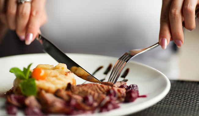 Por qué comer despacio y masticar bien los alimentos es importante